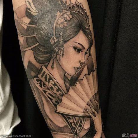 geisha kriegerin tattoo 手臂上黑白色拿扇子的女人日式花臂纹身水彩风格艺伎纹身图