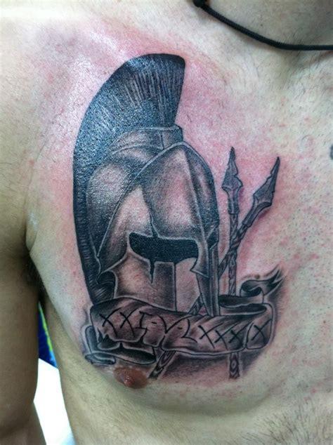 imagenes de tatuajes de warrior tattoo de un casco de gladiador con unas lanzas tatuajes
