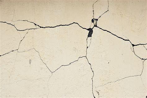 crepe sul soffitto come riparare una crepa sul muro