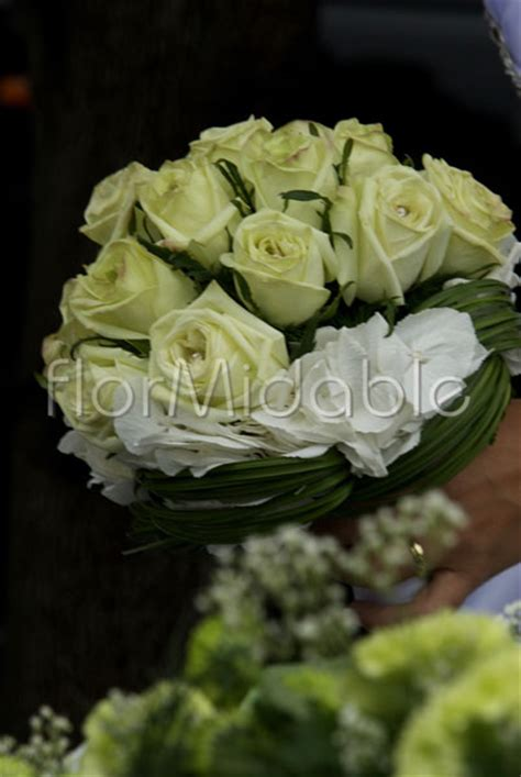 Wedding in Italy: photos of white, ivory flowers&bouquet