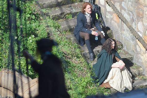 get sneak peak of outlander season two filming with sam heughan and caitriona balfe both on set