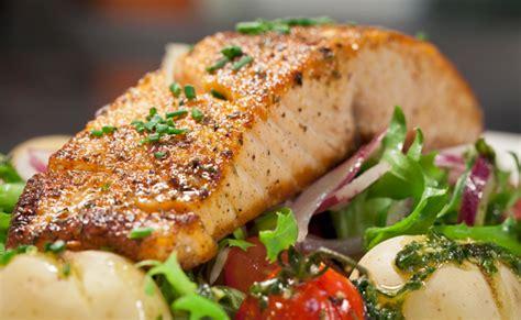 come si cucina il salmone al forno salmone al forno con patate e pomodorini leitv