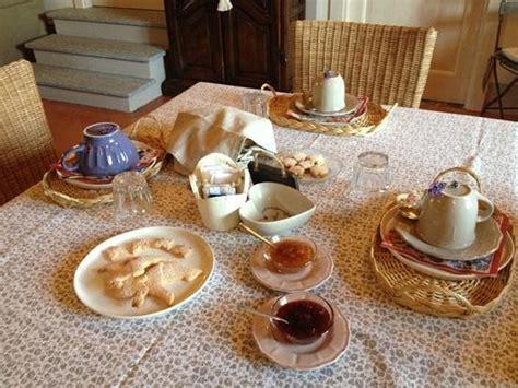 tavola apparecchiata per colazione patio di entrata picture of cascina angeli custodi