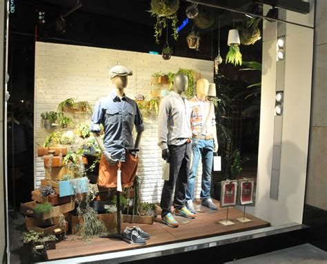 toro seduto firenze visual merchandising on retail design window