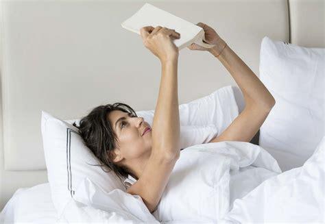 cuscino per leggere a letto leggere a letto si ma attenzione alla postura corretta
