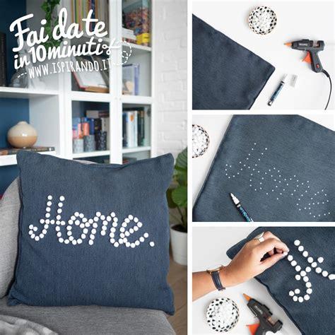 decorare cuscini decorare un cuscino con i pon pon ispirando