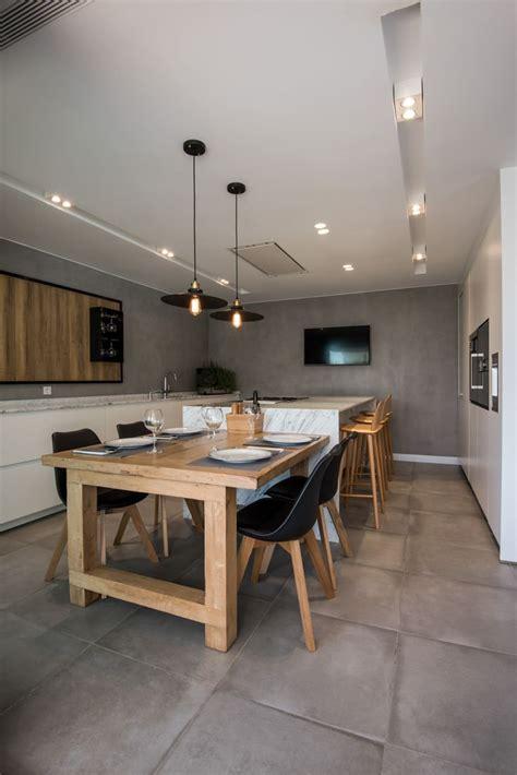 nos encantan las cocinas abiertas como esta  incorpora una isla central  una mesa anexa