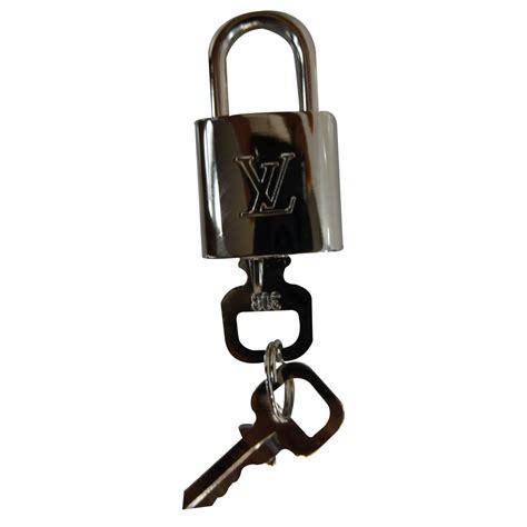petit cadenas louis vuitton petite maroquinerie louis vuitton cadenas chrome argente