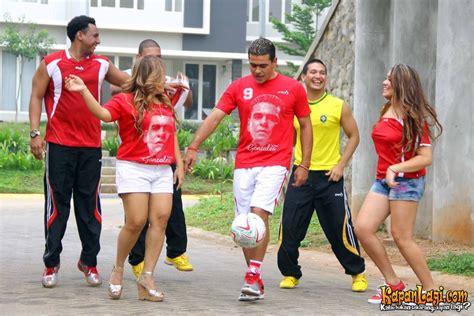 Kaos Ayah Tetap Semangat foto dukung sepak bola amanda gonzales kompak dengan ibu kapanlagi