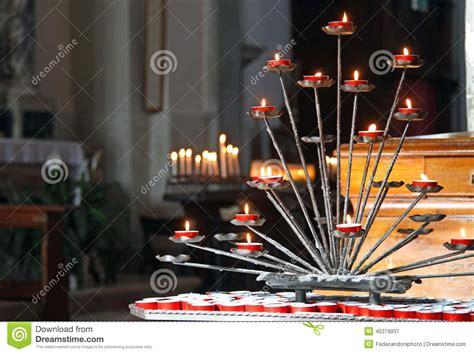 foto candele accese chiesa con i candelabri e le candele accese durante le