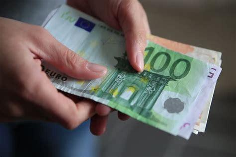 reddito minimo per carta di soggiorno colf badanti e gli stipendi minimi per il