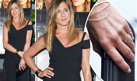 jennifer aniston flaunts her diamond ring for first time