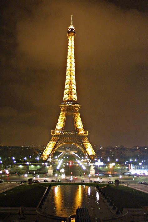 torre eiffel di notte illuminata tour eiffel di notte viaggi vacanze e turismo turisti