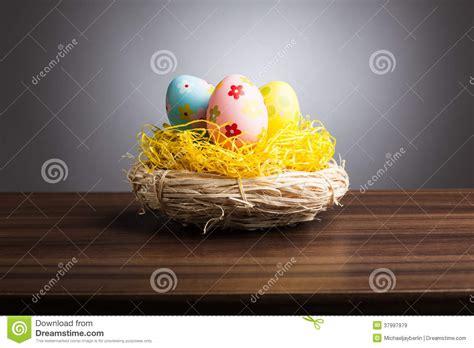 Gradient Nest pasen nest met decoratieeieren op lijst grijze achtergrond stock afbeelding afbeelding
