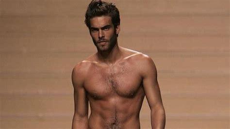 www luchadores griegos desnudos hombres que se ponen implantes mamarios