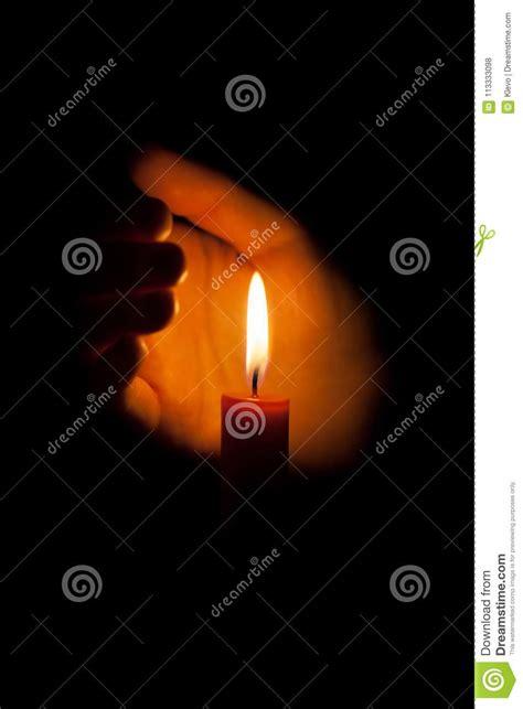 una candela una candela bruciante alla notte protetta dalla mano di