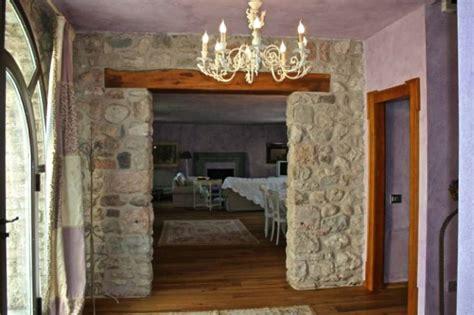 camini artificiali le pareti interne in pietra sono perfette per lo stile rustico