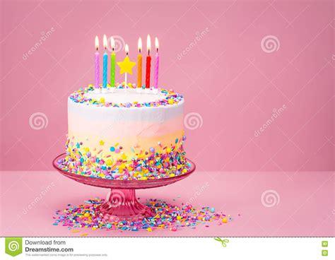 torta de cumplea 241 os con las velas del cumplea 241 os la torta de cumplea 241 os colorida con asperja foto de