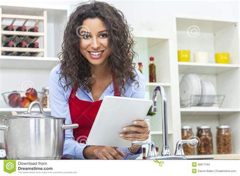 femme a la cuisine femme 224 l aide de la tablette faisant cuire dans la