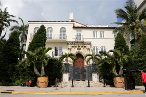 Versace Mansion Sold For 41 5 Million Ny Daily News Versace House South Miami