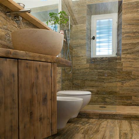 rivestimento bagno legno bagno in travertino simil legno pietre di rapolano