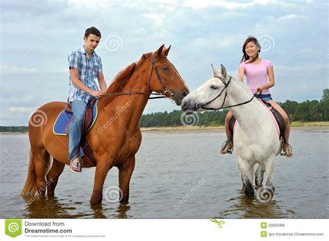 animalismo mujer folia con caballo hombre y una mujer a caballo fotos de archivo libres de