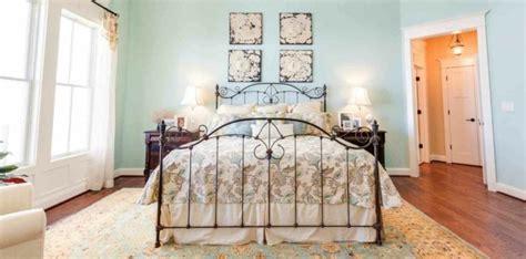 Formidable Modele Deco Chambre Adulte #1: chambre-vintage-adulte-d%C3%A9co-chambre-vintage-tapis-oriental-d%C3%A9co-murale-%C3%A0-motifs-floraux-lit-fer-forg%C3%A9-bleu-pastel-3.jpg