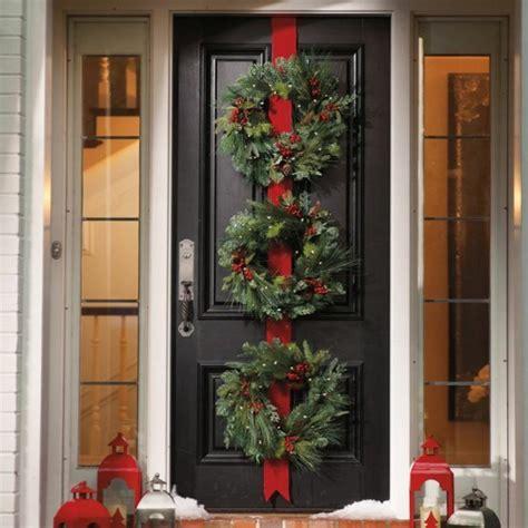 addobbi per porte porte decorate per l arrivo di natale da