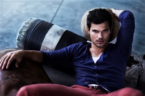 taylor lautner bench watch twilight star taylor lautner stunts hard as the new