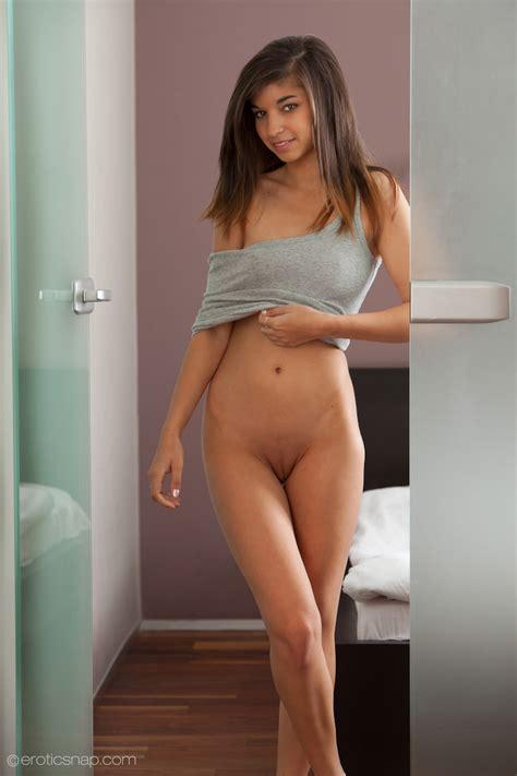 M Oda Z Pi Knymi Oczkami Brunety Porno Fotki