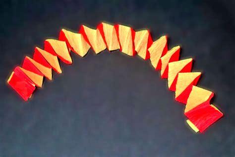 como se hacen cadenas de papel crepe guirnaldas cruzadas de papel para decorar