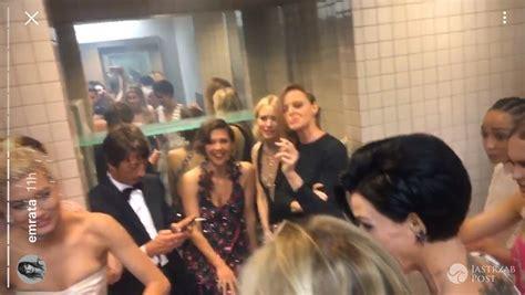 party in the bathroom met gala 2017 gwiazdy w toalecie selfie impreza papierosy