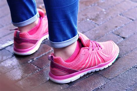 Sepatu Led Flower Pink Dan Hitam foto gratis kaki alas kaki sepatu gambar gratis di