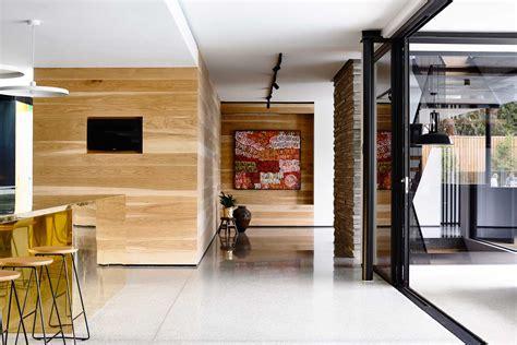 agréable Cuisine Peinte En Gris #8: maison-contemporaine-design-toit-plat-toute-grise-cuisine-mur-bois-lambris-moderne-baies-vitrees-sol-beton-cire-gris-toile-peinture-oeuvre-art.jpg