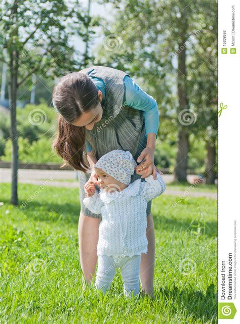 mama caliente mama ensea a su hija de 12 aos como la mama ense 241 a a su peque 241 a hija a recorrer las manos