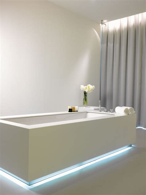 led licht badezimmer led streifen an der badewanne mit blauem licht badezimmer blaues licht led