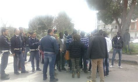 questura di reggio calabria ufficio immigrazione migranti ingrati bloccano strada a caulonia ciavula