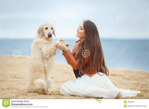 mujer se pega con perro perro se pega con una mujer retrato de una mujer joven con