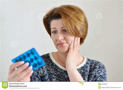 wann hat eine frau den eisprung junge frau in den schmerz hat eine zahnschmerzen stockbild