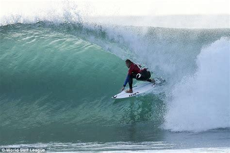 surfer matte matt damon dishes on friendship with chris hemsworth