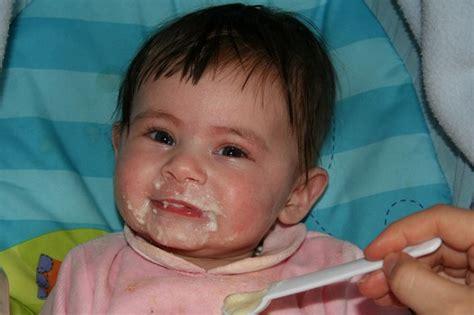 alimentazione a sei mesi alimenti per lo svezzamento da ai neonati di 6 mesi