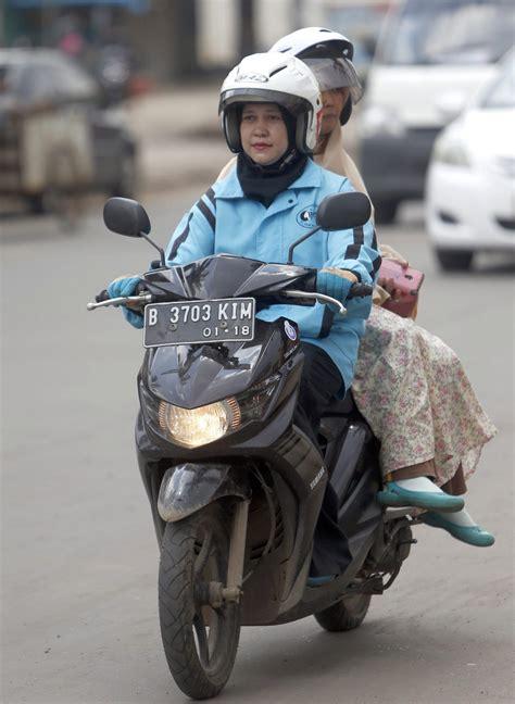 Santika Syari roller taxi per app motorroller in indonesien motorkultur