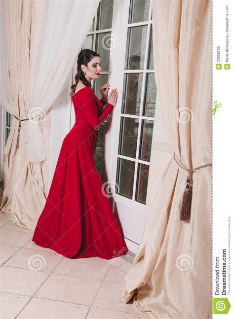 how are 30 year old woman can dress le brun 233 l 233 gant adulte femme de 30 ans dans la longue robe