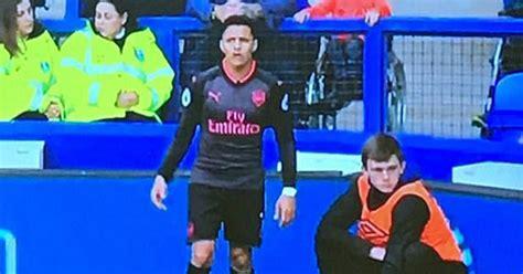 Alexis Sanchez Ball Boy | everton ball boy seizes opportunity behind alexis sanchez