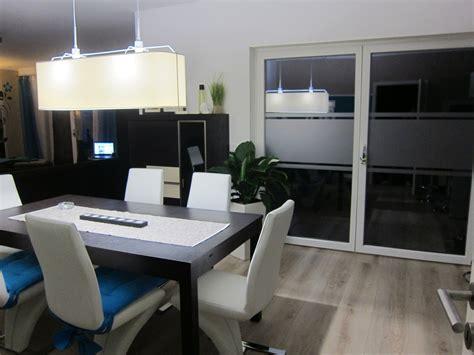 wohnzimmer esszimmer küche welche farbe passt kissen passt zu graue sofa