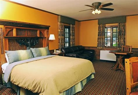Cabin Cing In Illinois by Hotel Wing Room With King Bed Sofa Table Chairs