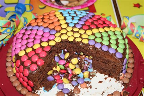 kuchen mit smarties pinata kuchen mit smarties f 252 llung ideal f 252 r