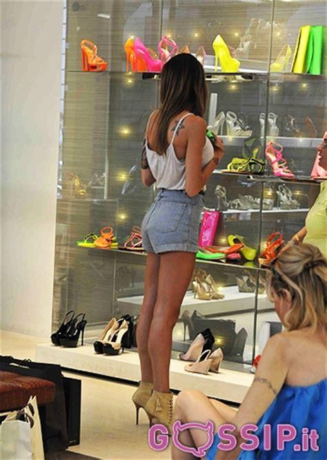 lo scaffale ciardi ammira estasiata lo scaffale di scarpe