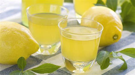 bicchieri limoncello liquori giornale cibo