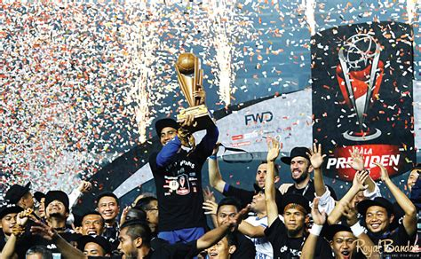 Kaos Pria Piala Presiden Persib royal bandar juara piala presiden 2015 persib banjir